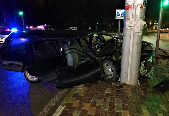 Kazada savrulup direğe çarpan otomobil hurdaya döndü: 5 yaralı
