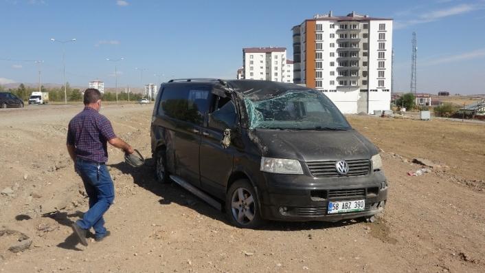 Kazada, tarlaya uçan minibüsün sürücüsü yaralandı