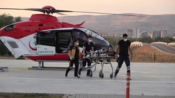 Kazada yaralandı, ambulans helikopterle hastaneye sevk edildi