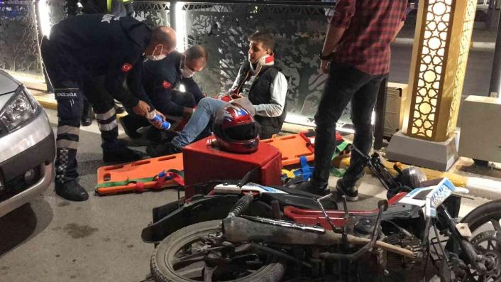 Kazaya bakarken kaza yapan motosikletli kurye yaralandı