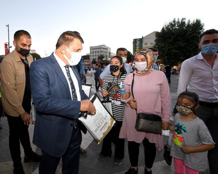 Kitap dağıtan Gürkan, kütüphane müjdesi verdi