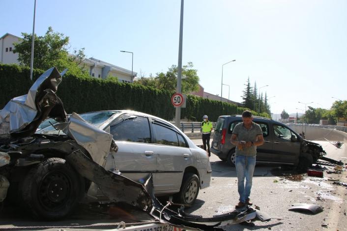 Kontrolden çıkan otomobil, direği söküp karşı şeritte araca çarptı: 1´i ağır 2 yaralı