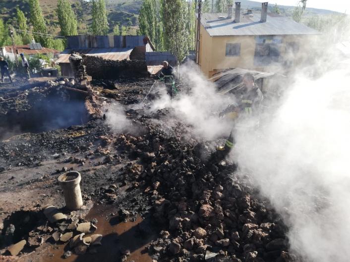 Köyde çıkan yangın korkuttu: garaj, samanlık ve traktör kül oldu