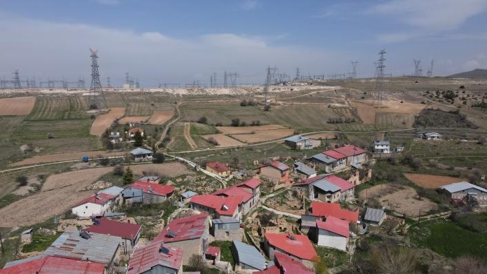 Köyün çevresi yüksek gerilim direkleriyle doldu, vatandaşlar tedirgin oldu