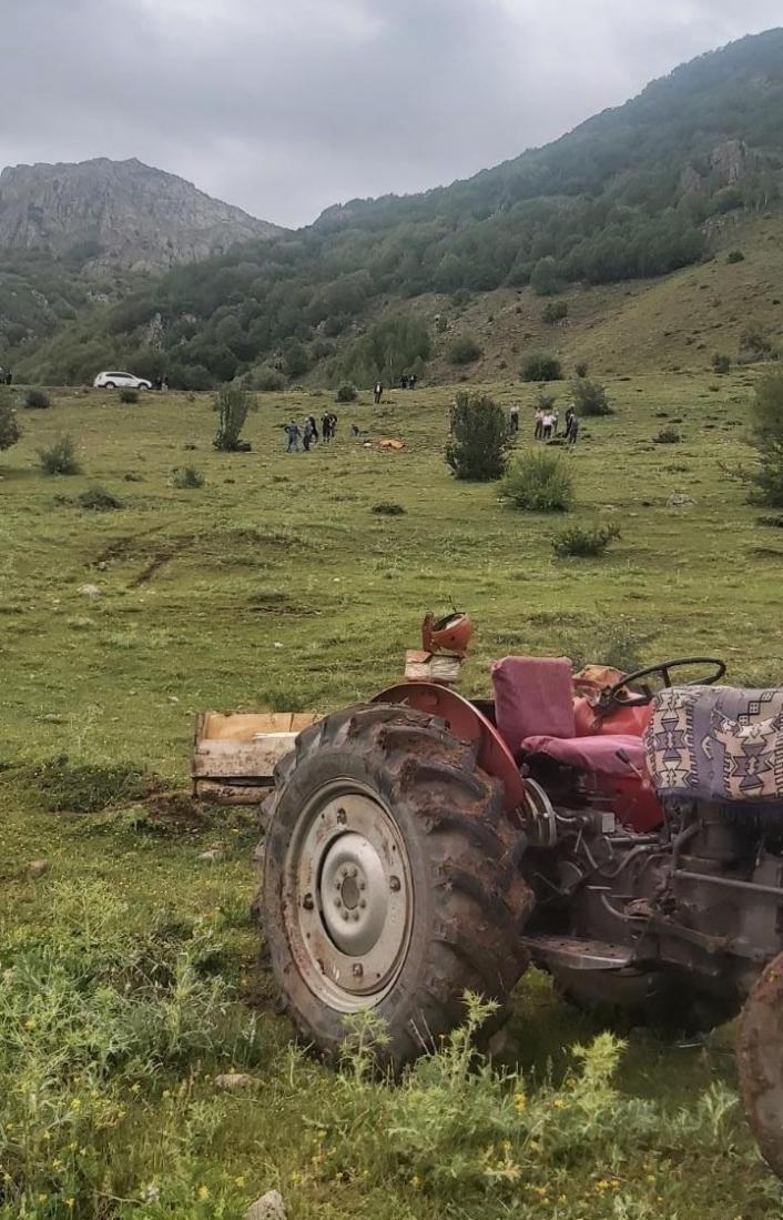 Kullandığı traktör üzerine devrildi, olay yerinde hayatını kaybetti