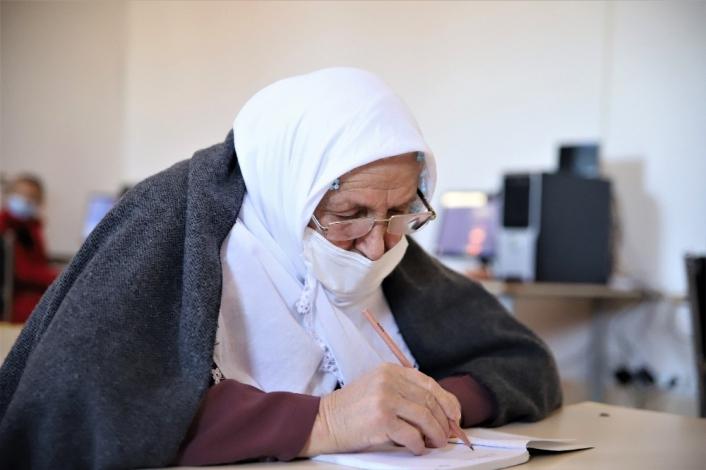 Kur´an-ı Kerim okumak için 70 yaşında okuma yazma öğreniyor