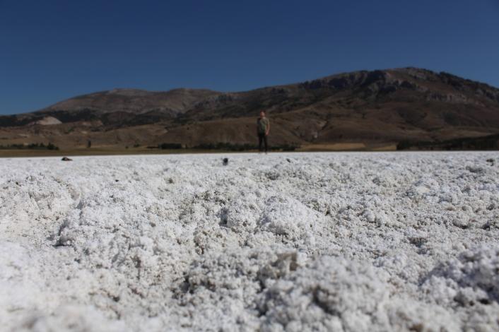 Kuruyan gölde oluşan tuz tabakası kış manzarası oluşturdu