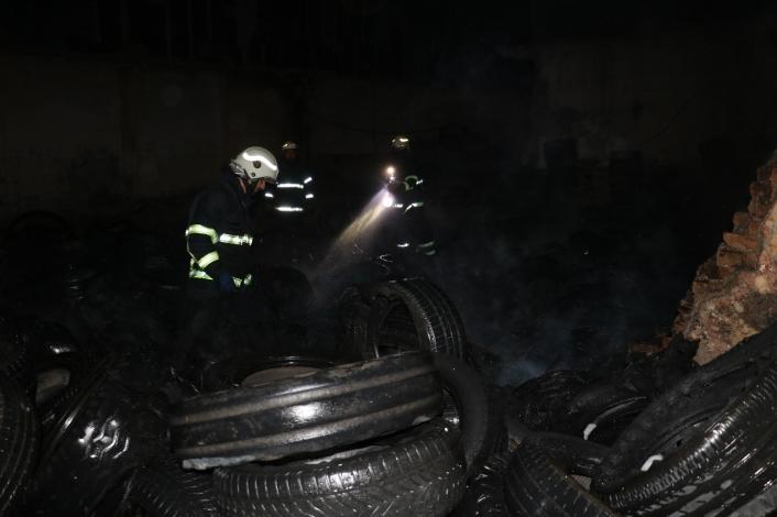 Lastik çöplüğünde çıkan yangın korkuttu