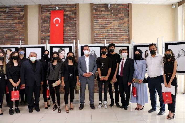 Lise öğrencileri resim sergisi açtı