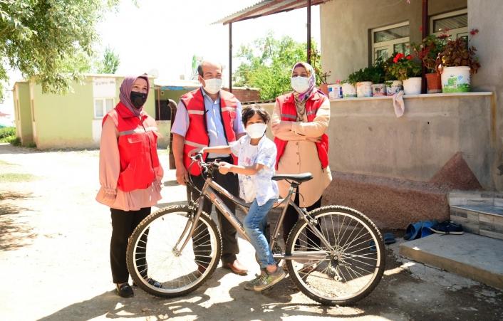 Lösemiyi yenen Kerem´e Başkan Gürbüz´den bisiklet
