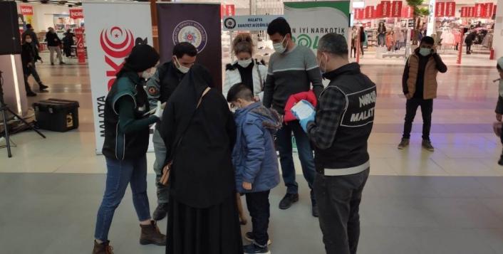 Malatya polisi Uyuşturucuyla mücadele için broşür dağıttı
