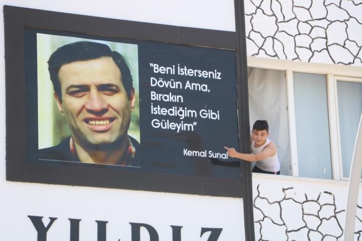 Malatyalılar, Kemal Sunal´ı apartman duvarındaki bu afişle unutmuyor