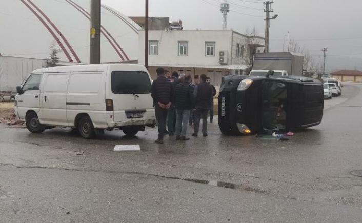 Midibüs ile çarpışan hafif ticari araç devrildi: 1 yaralı