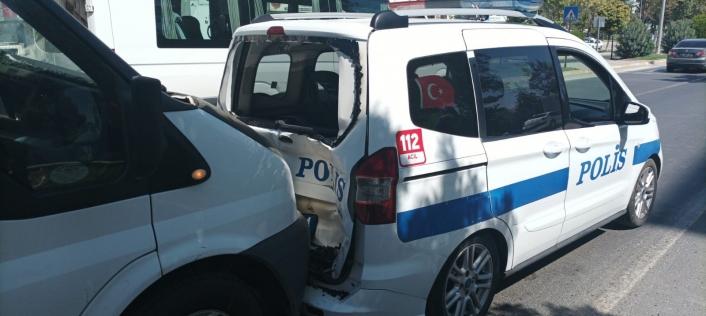 Minibüs polis aracına arkadan çarptı: 2 polis yaralı