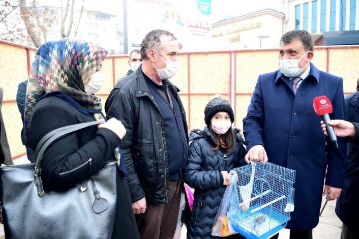 Minik Kardelen´in kanarya isteğini Başkan Gürkan yerine getirdi