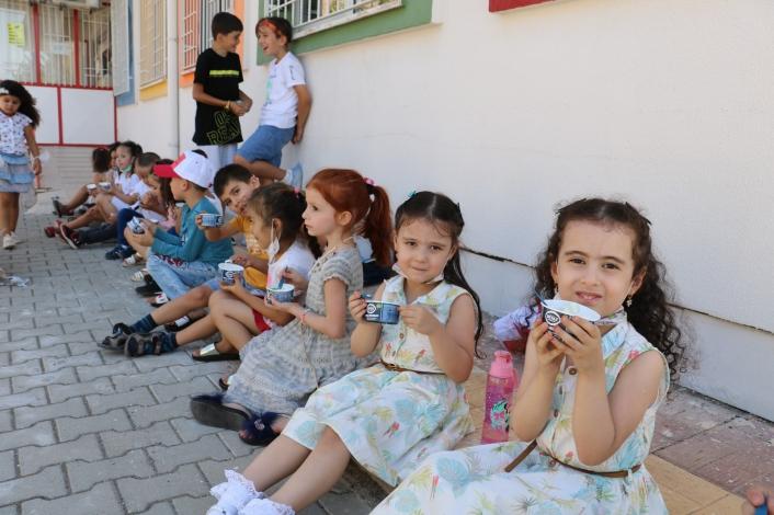 Minikler önce dondurma yedi, sonra okula başladı
