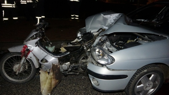 Motosiklet otomobilin motor kısmına gömüldü: 1 ölü, 1 yaralı