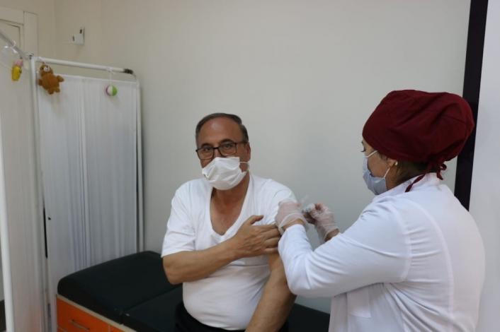 Müdür Alagöz, korona virüs aşısı oldu