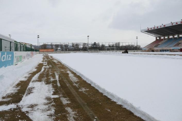 Muhsin Yazıcıoğlu Stadyumu kardan temizleniyor