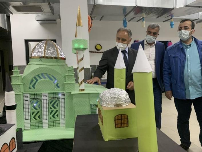 Öğrenciler atık malzemelerden eser yaptı, sergi açıldı