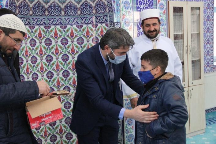 Öğrenciler, din görevlisi Mehmet Çelebi´ye gözyaşları içerisinde veda ettiler