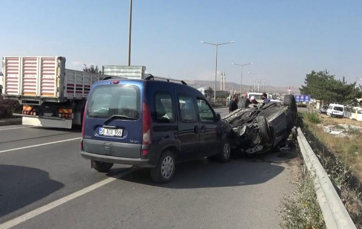 Orta refüjü aşıp karşı yöndeki otomobille kafa kafaya çarpıştı: 2 yaralı