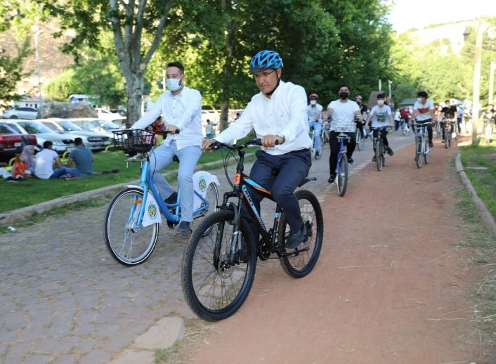 Osman Güder, sağlıklı yaşam için gençlerle pedal çevirdi