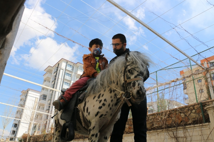 Otizmli çocuklar, duyu odaları ve atla terapiyle hayata hazırlanıyor