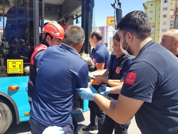 Otobüste sıkışan sürücüyü itfaiye ekipleri kurtardı