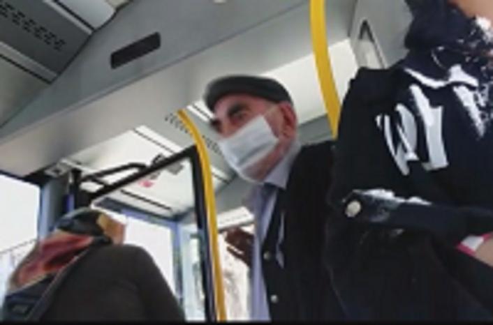 Otobüsten inmek istemeyen yaşlı adam, tehditler savurdu