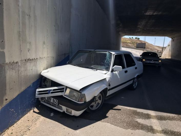 Otomobil alt geçit duvarına çarptı: 1 yaralı