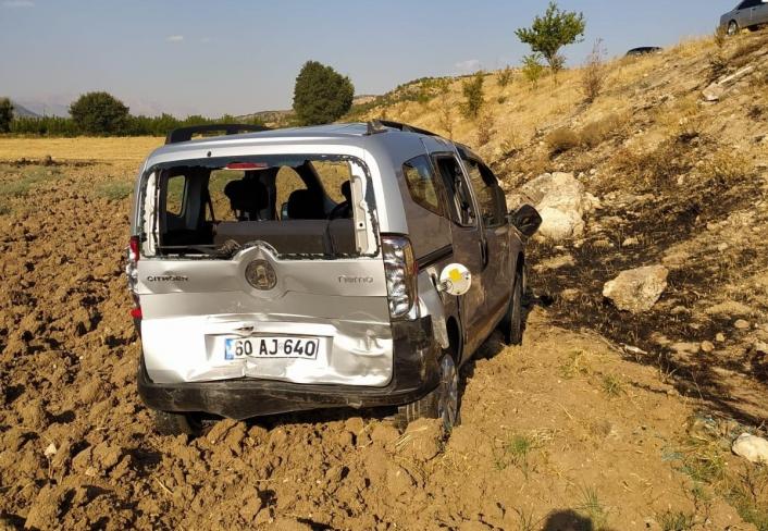 Otomobil hafif ticari araca arkadan çarptı