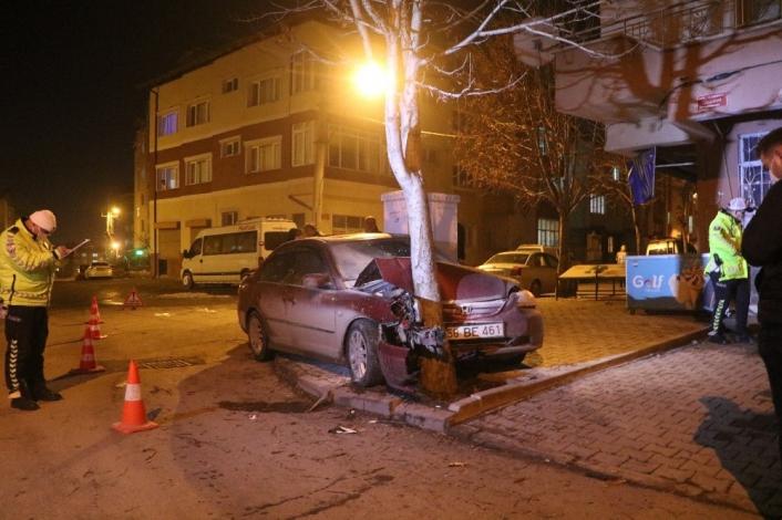 Otomobil hurdaya döndü, ağaç yerinden bile oynamadı