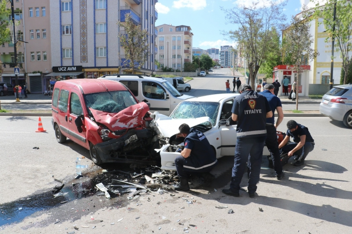 Otomobil ile hafif ticari araç kafa kafaya çarpıştı: 4 yaralı
