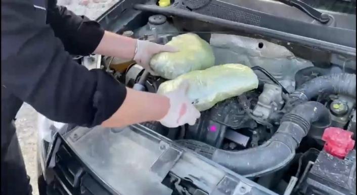 Otomobil kaputunda 1 kilo 300 gram esrar ele geçirildi