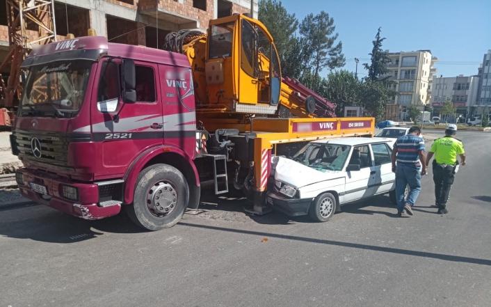 Otomobil park halindeki vince çarptı: 3 yaralı