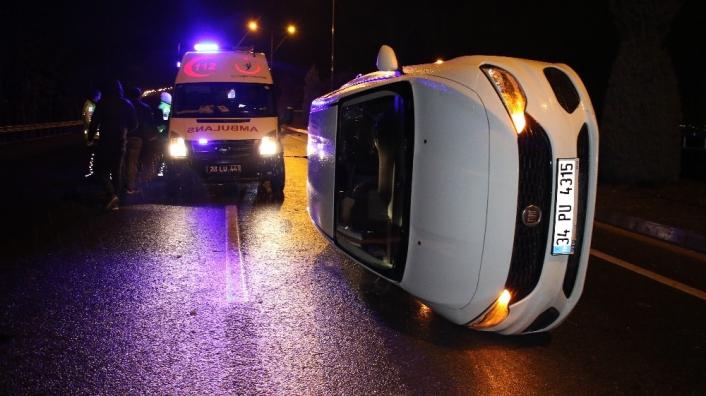 Otomobil refüje çarpıp devrildi: 4 yaralı