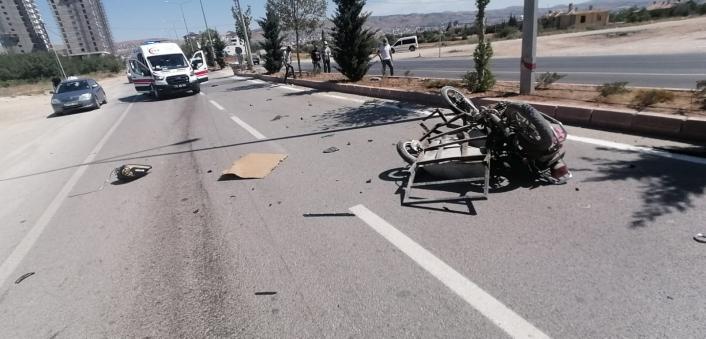 Otomobil sepetli motosikletle çarpıştı: 1´i ağır 2 yaralı