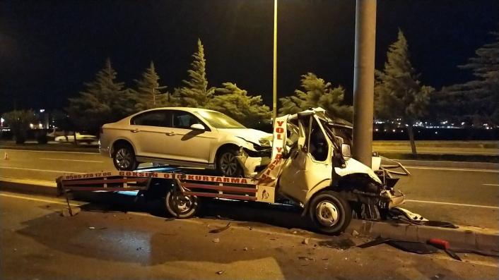 Otomobil taşıyan çekici direğe çarptı, sürücü hayatını kaybetti