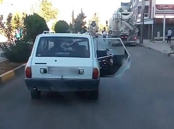Otomobil trafikte kapısı açık ilerledi