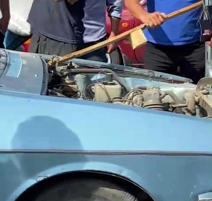 Otomobile giren yılanı vatandaşlar çıkardı