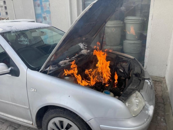 Otomobilin motor kısmı alev aldı