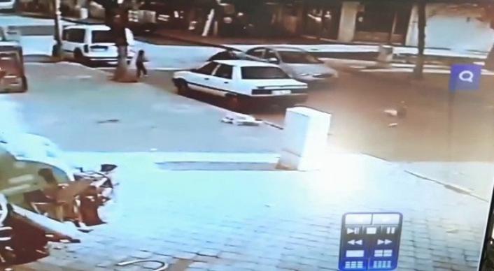 Otomobilin önüne fırlayan çocuk metrelerce sürüklendi