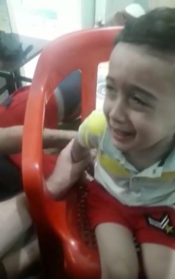 Parmağı sandalyeye sıkışan çocuğun imdadına itfaiye yetişti