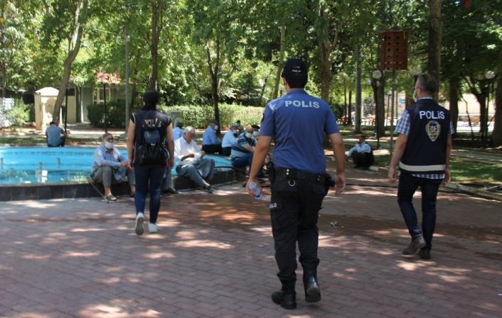 Polisi gören maskesini taktı