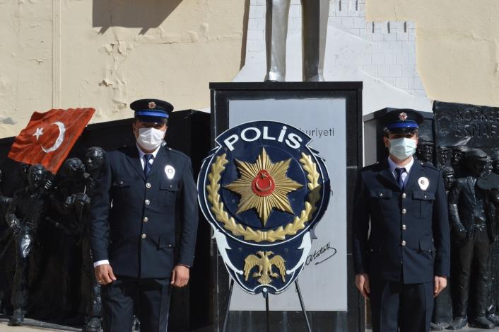 Polisler Atatürk anıtına çelenk bıraktı