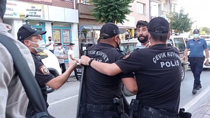 Polisler görevini yapan gazetecileri tartakladı