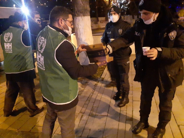 Polislere salep ve tatlı ikramı