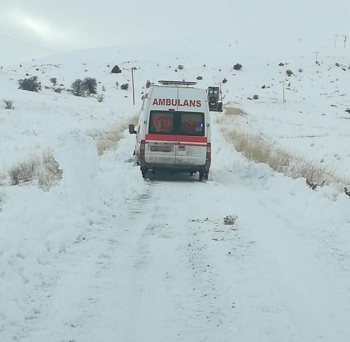Rahatsızlanan vatandaş, karla kaplı yolun açılmasıyla hastaneye ulaştırıldı