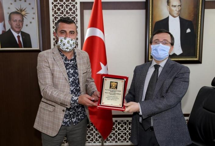 Rektör Kızılay´a Malatyaspor taraftarlarından onursal üyelik